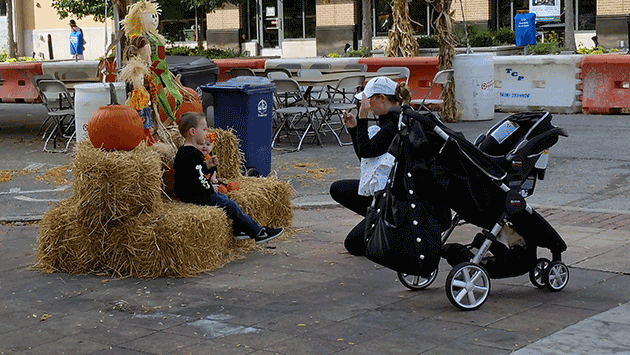 mom-kids-hay-bails-20141027_104254